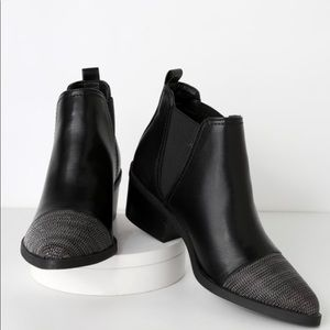 Report Zerega black ankle boots.